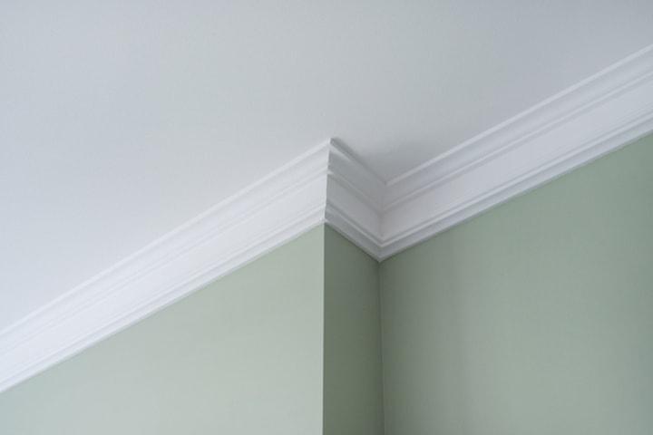 Decoratie elementen op gyproc plafond voorzien
